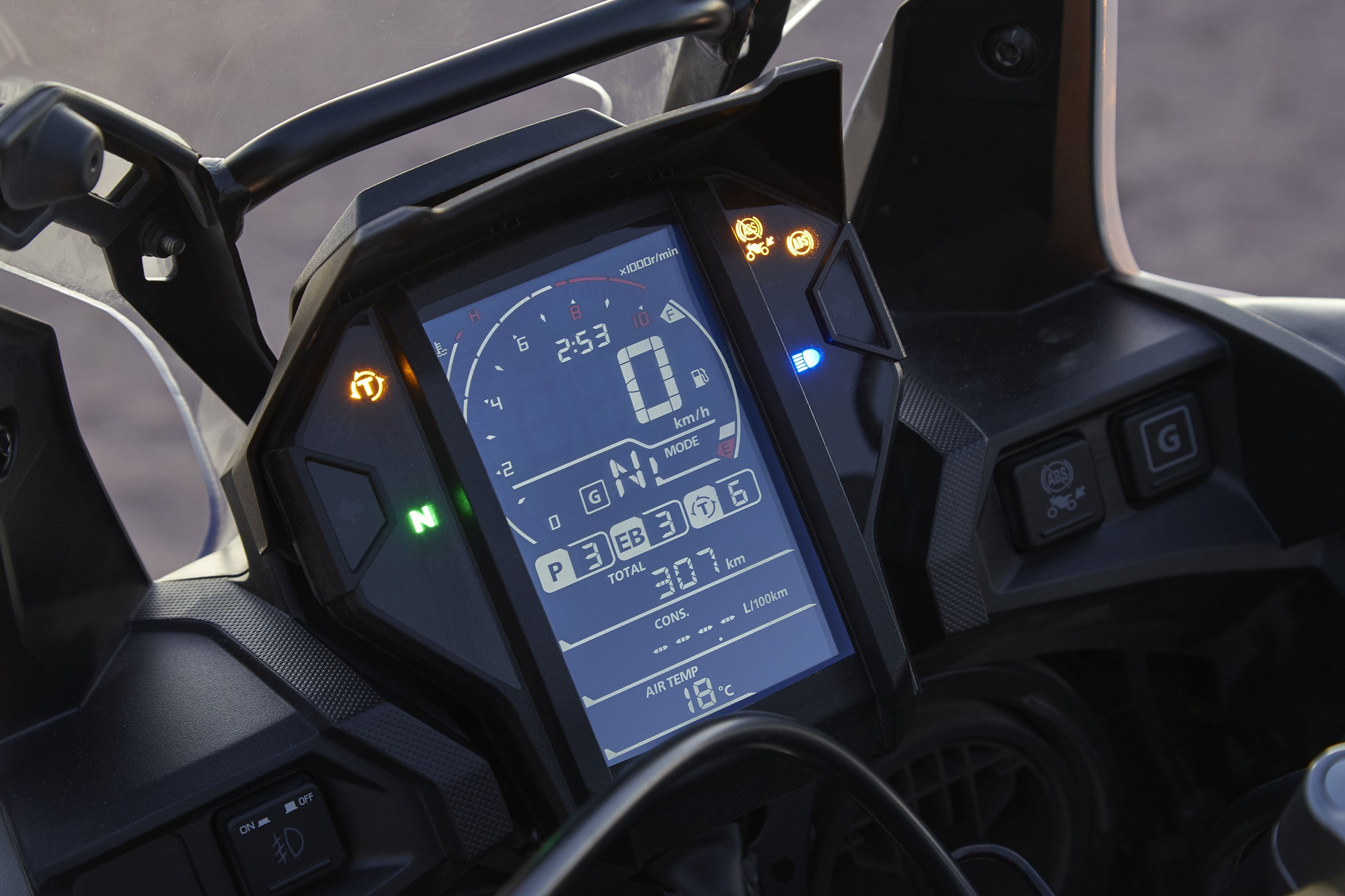 Das Cockpit der Africa Twin Adventure Sports 2018 bietet dem Fahrer drei Fahrmodi und alle wichtigen Infos auf einen Blick an.