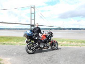 She is a rider Dina auf der BMW F-800-R