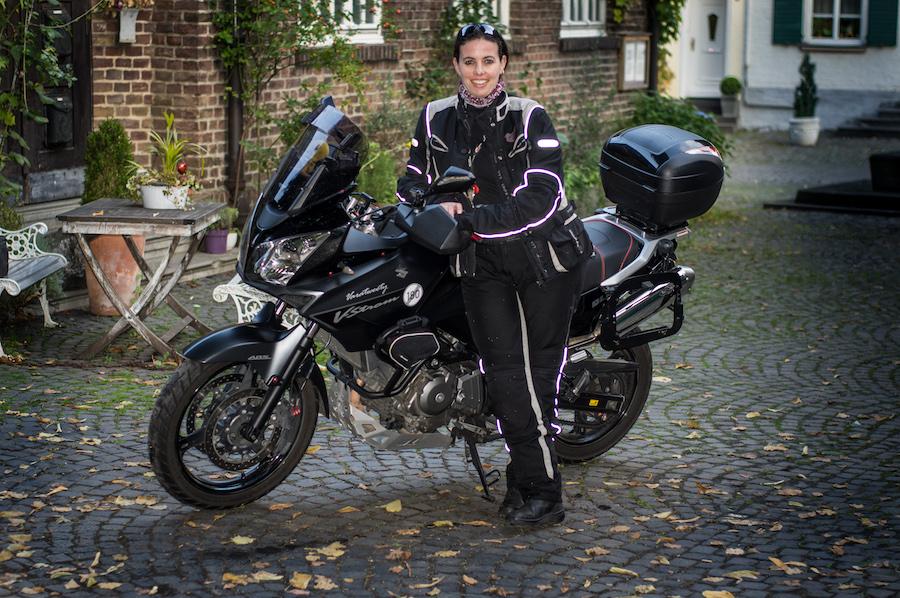 She is a rider Julia mit ihrer Suzuki 650