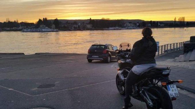 Ela im Sonnenuntergang auf ihrer Kawasaki Versys-SHE is a RIDER