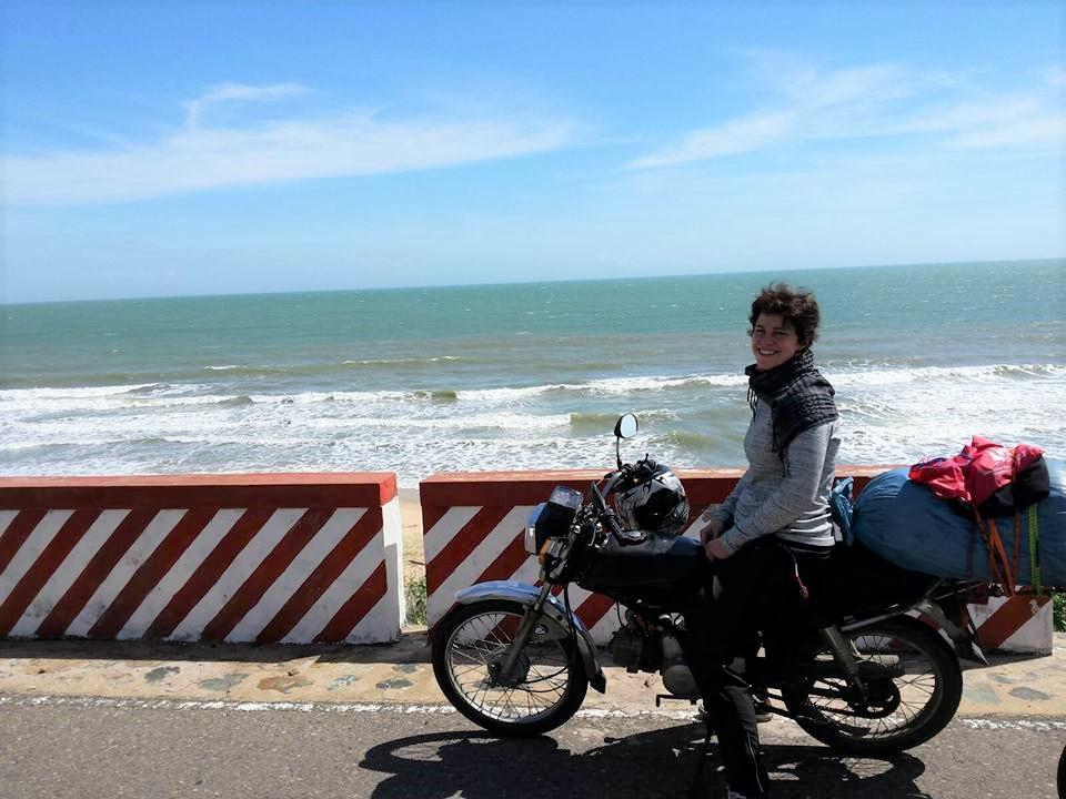 Liv-auf-Motorrad-an-Strand-in-Vietnam