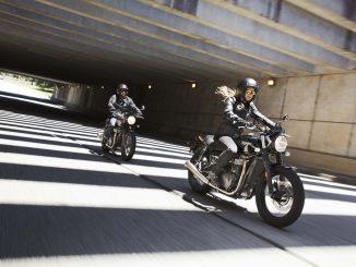Triumph-Street-Twin-2019-2-Motorräder-im-Tunnel
