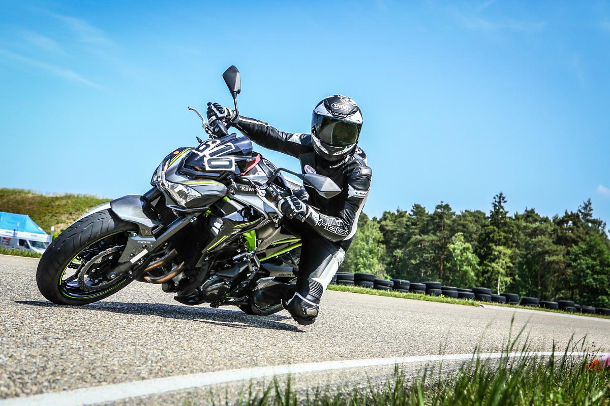 Kawasaki-Z900-Motorrad-Shoei-Helm