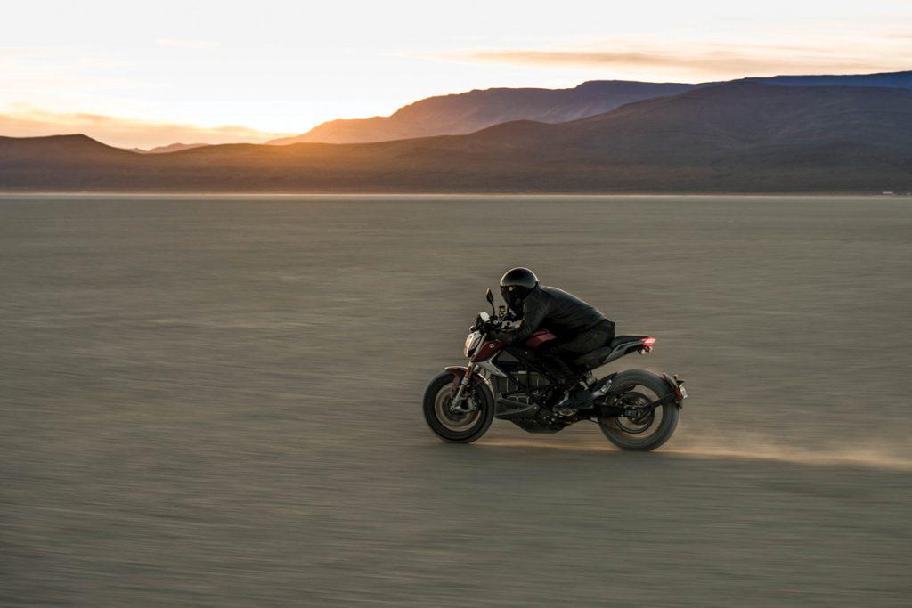 Zero-SRF-Ebike-Motorrad-Wüste-Sonnenuntergang