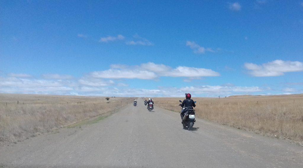 Suedafrika-Schotterpisten-BMW-GS-blauer-Himmel