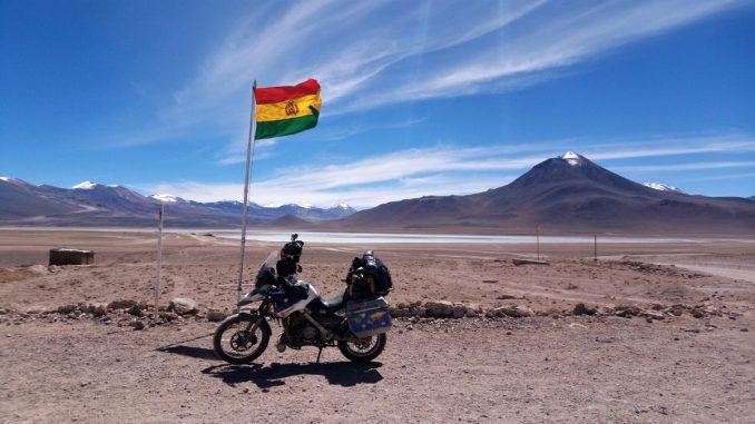 Motorrad-Tour-durch-Bolivien-Salzwueste-Laguna-Verde