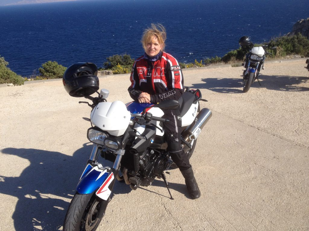 SHE-is-a-RIDER-BMW-F800R-Strand-Kroatien