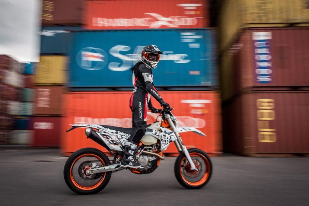Das ist Anica. Sie hat sich das Motorradfahren von niemanden ausreden lassen - SHE is a RIDER. Bild: dn-photography. Dirk Neukranz
