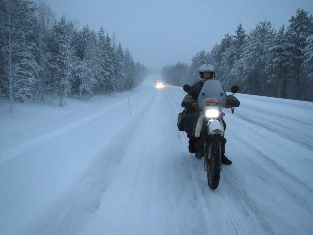 Silke-mit-Motorrad-zum-Nordkapp-Eis-Schnee