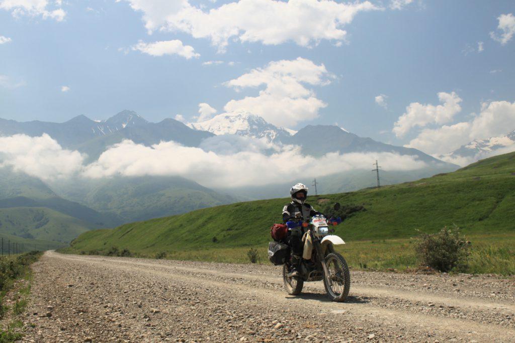 Silke-Suzuki-Motorrad-Weltreise-Gebirge