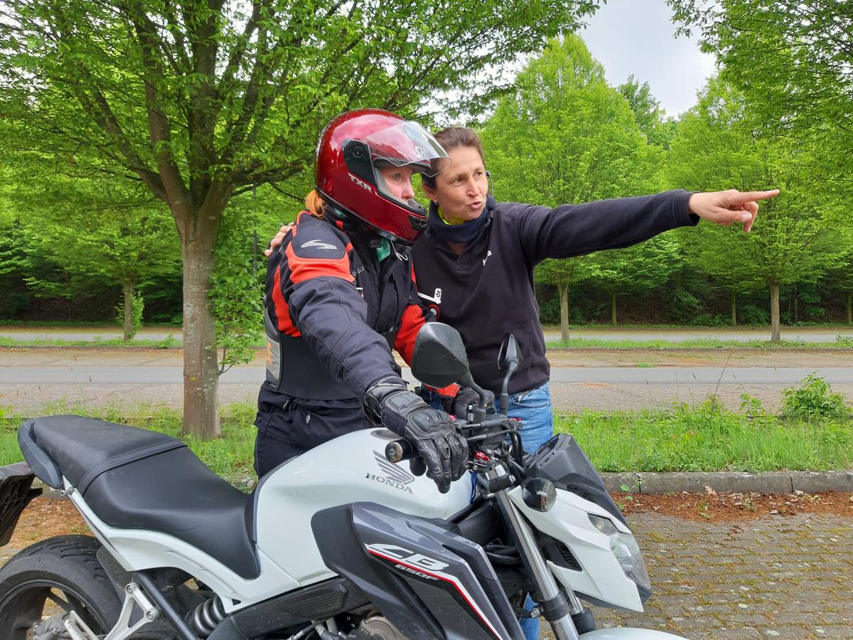 Motorrad-Führerschein in einer Woche. Mit Empfehlungen aus der SHE is a RIDER Frauen-Motorrad-Community die richtige Fahrschule in der Nähe finden. Fahrschule München, Berlin, Stuttgart u.v.m.