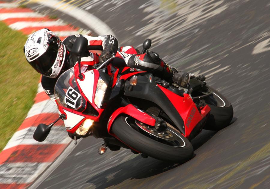 Mit der Honda CB600RR in Schräglage durch Kurve.