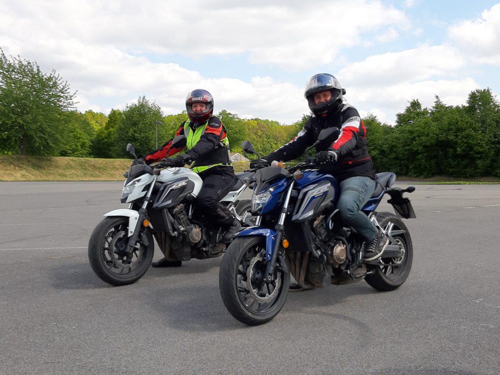 Motorradfahrlehrerin Katja auf Motorrad. So gehts zum Motorrad-Führerschein.