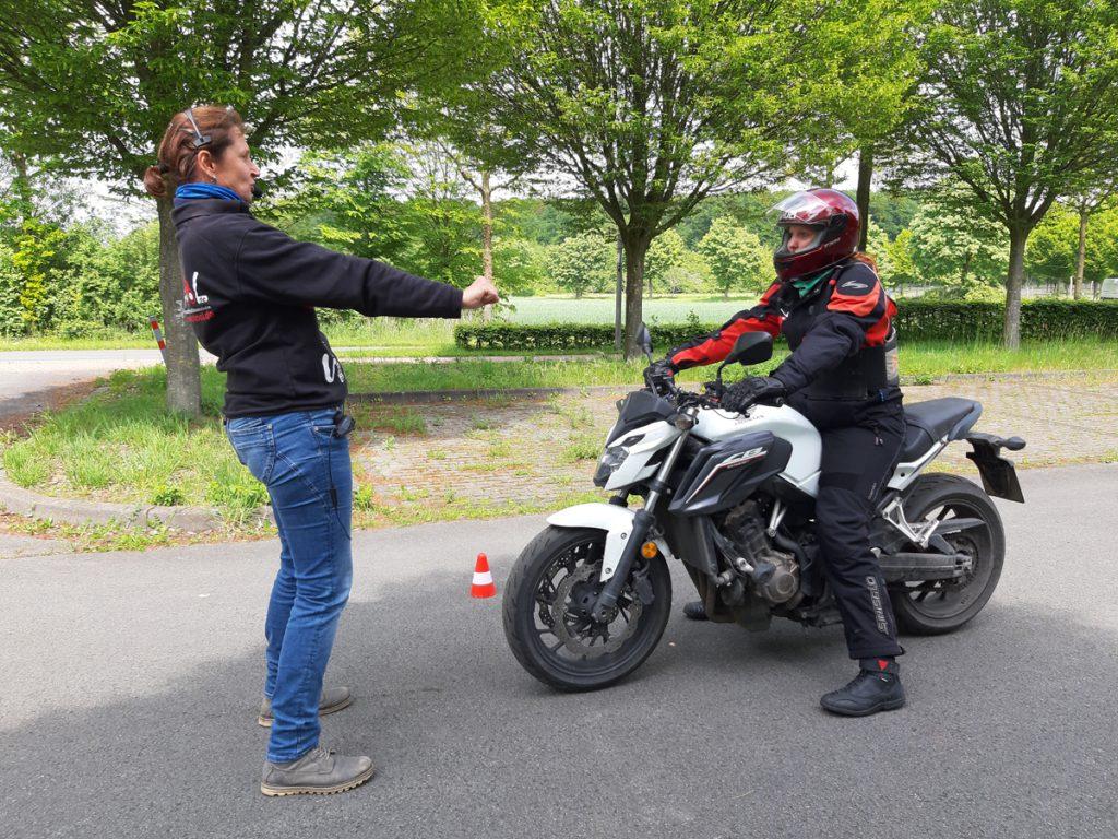 Motorrad-Fühhrerschein in einer Woche. Einweisung Gefahrenbremsung.