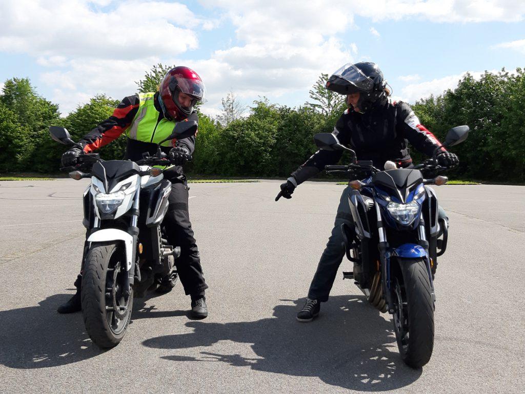 Motorrad-Führerschein mit Fahrlehrerin auf Bike