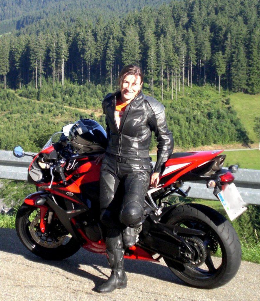 Honda CB600 RR und Theresa in voller Schutzausrüstung