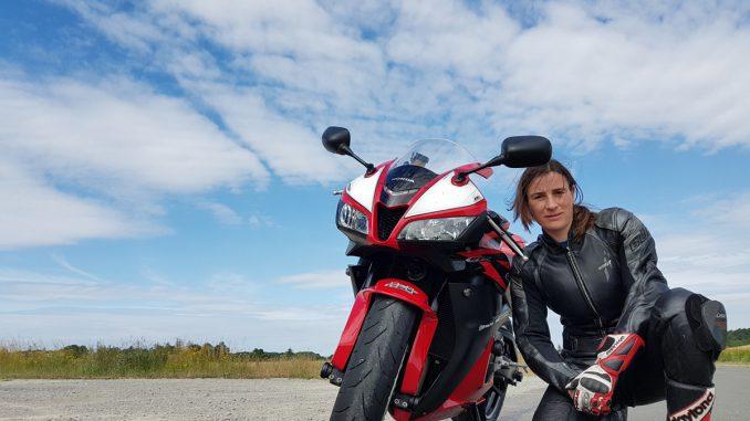 Resa mit ihrer Honda CB600RR