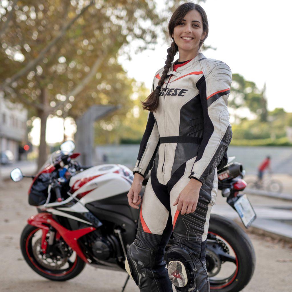 Anna mit Dainese Lederkombi vor Honda CB600RR. Bild: SOY MOTO
