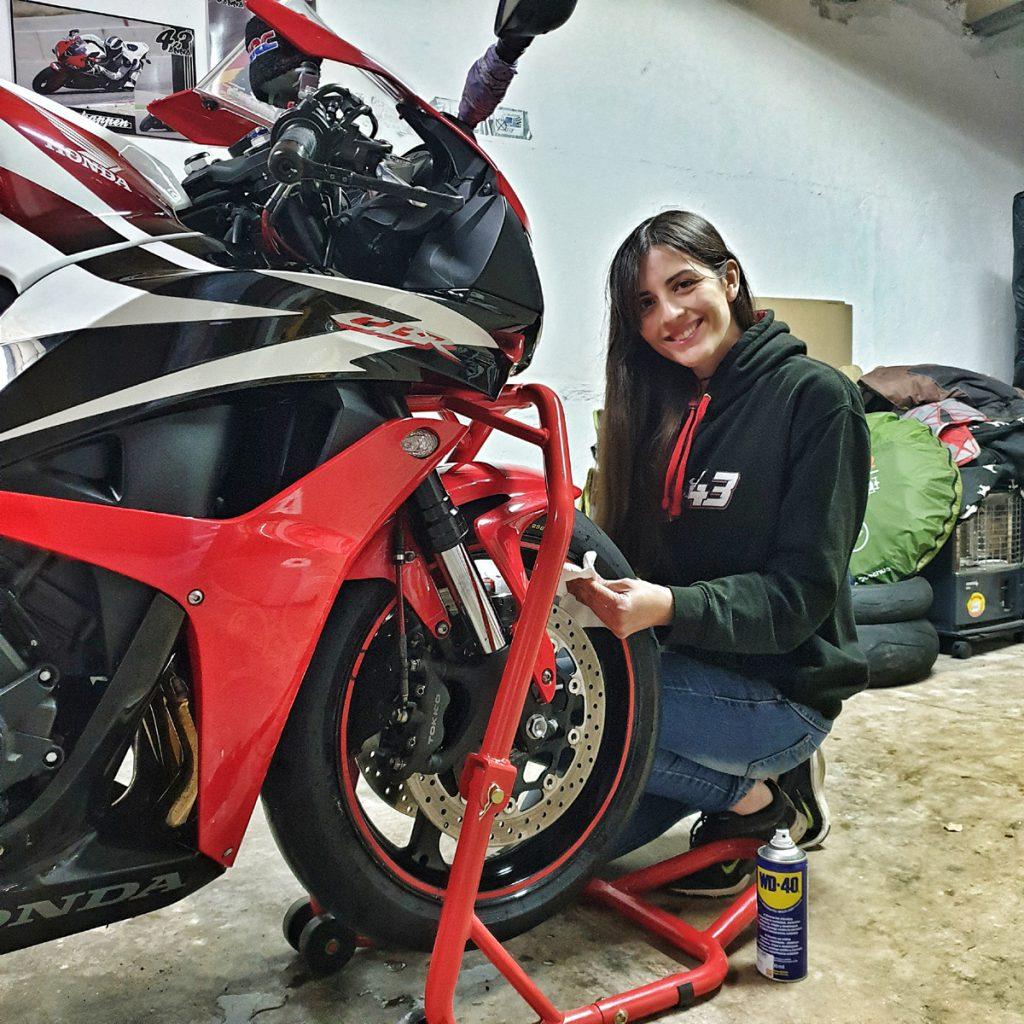 Anna beim Schrauben an der Honda CB600RR. Bild: SOY MOTO