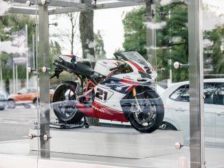 Ducati Superbikes wie die 1098R in den Glaskästen der Autostadt