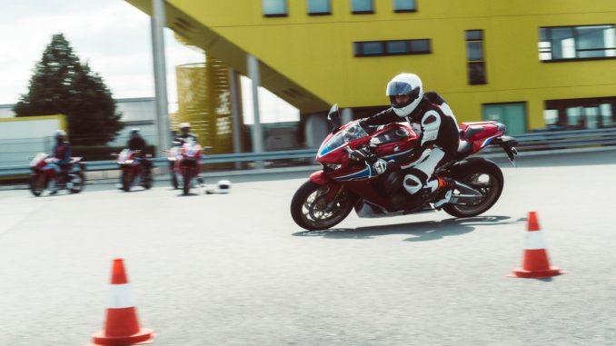 Honda Fireblade in Schräglage auf dem Sachsenring