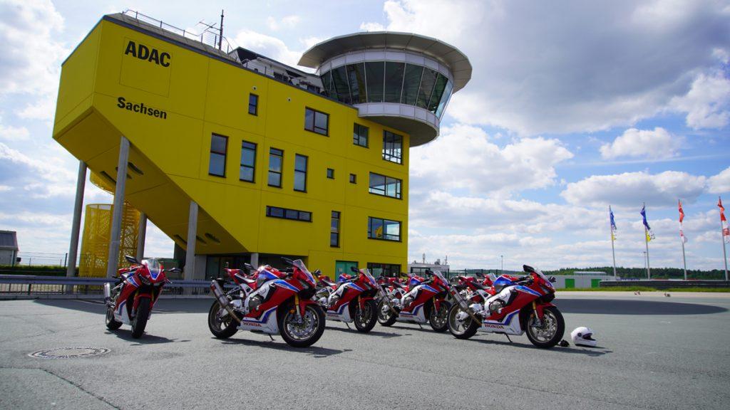 Honda Fireblades vorm Race-Tower am Sachsenring. 1000 PS auf einem Bild.
