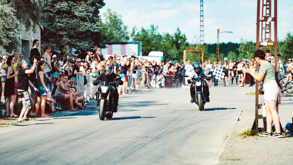 """Motorrad-Festival nur für Frauen bringt die """"Stadt aus Eisen"""" an diesem Juli-Wochenende zum beben. Ein Besuch beim Pretrolettes Festival im Ferropolis."""