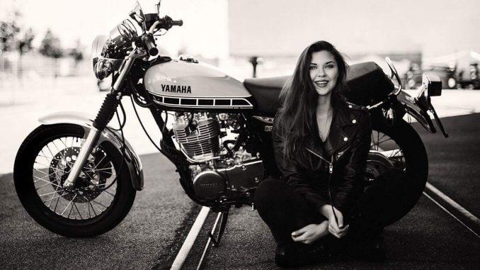 Susanna vor Ihrer Yamaha