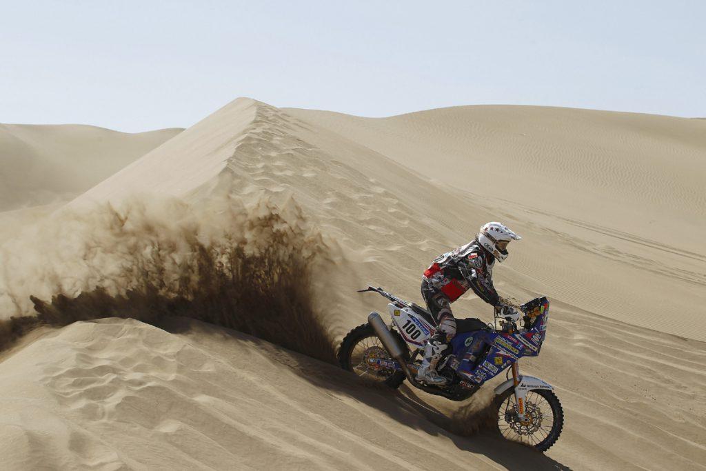 Tina Meier auf Yamaha in der Wueste auf der Ralley Dakar
