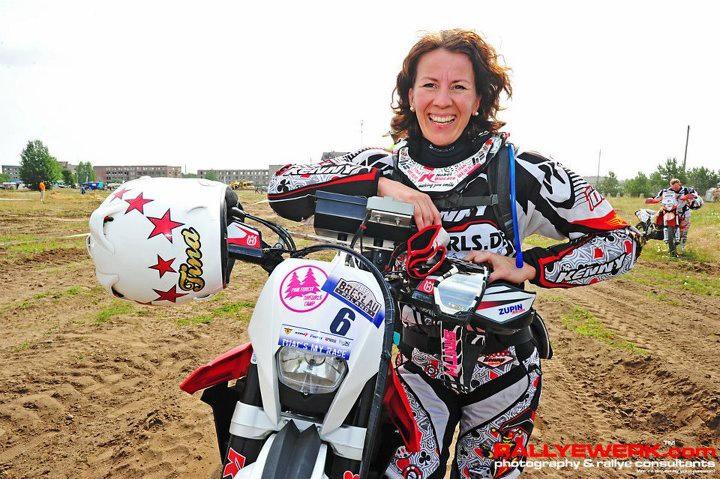 Tina Meier mit Enduro Motorrad beim Offroadfahren im Gelaende