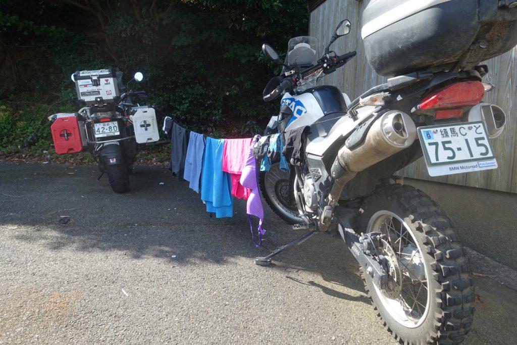 Beim Camping sind zwei BMW GS Motorräader auch der Wäscheständer.