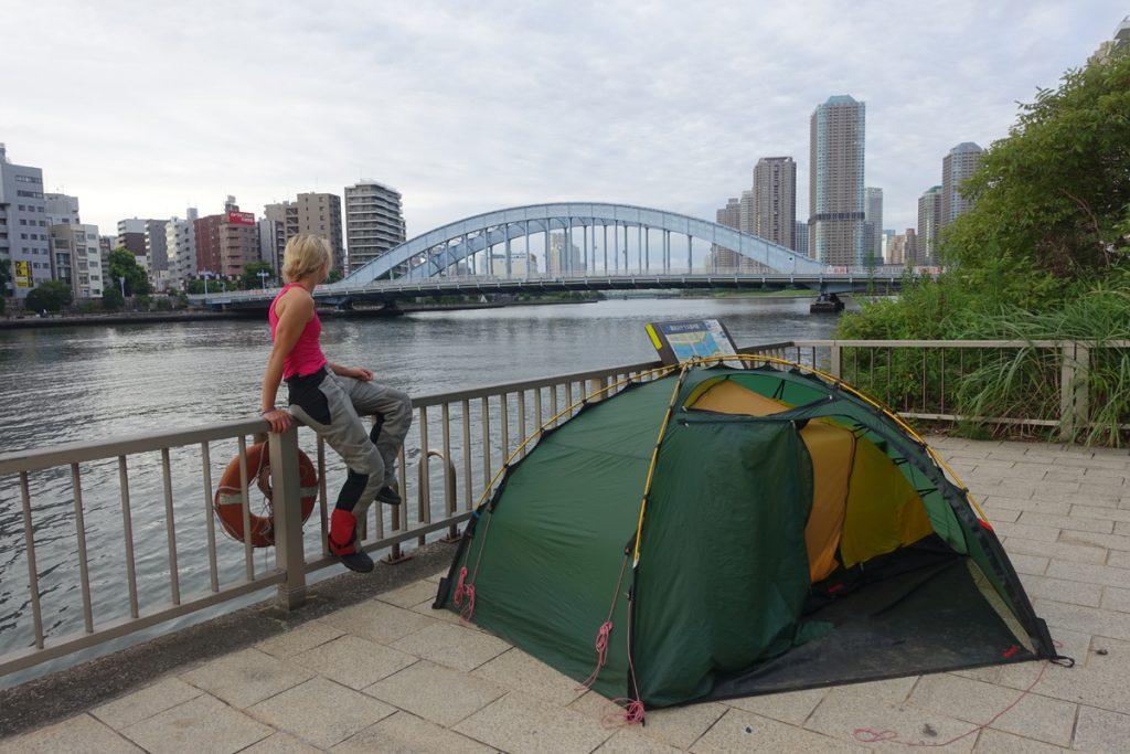 Camping in Japan. Zelt mit Aussicht am Fluss.