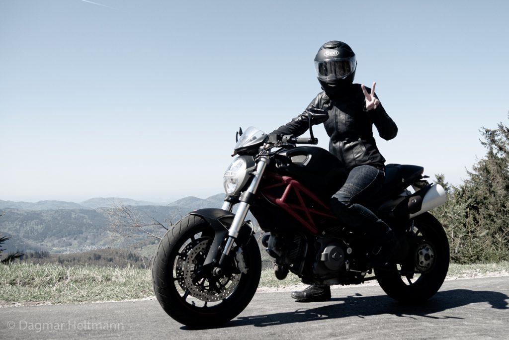 Den Motorrad-Fuehrerschein bestanden und dann mit der Ducati Spaß haben.