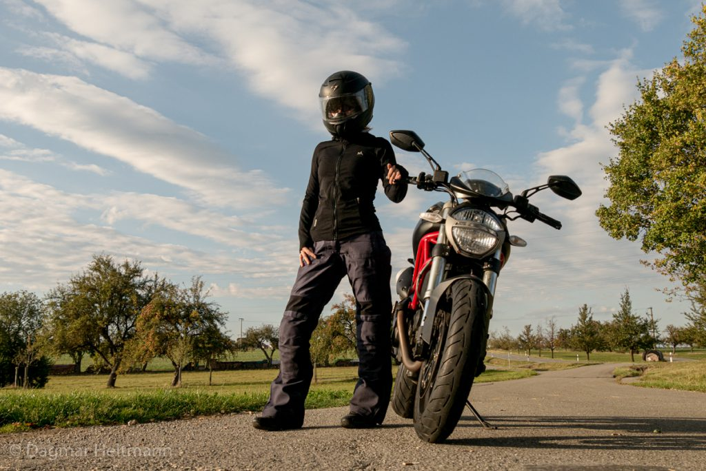 Ducati auf Landstrasse.
