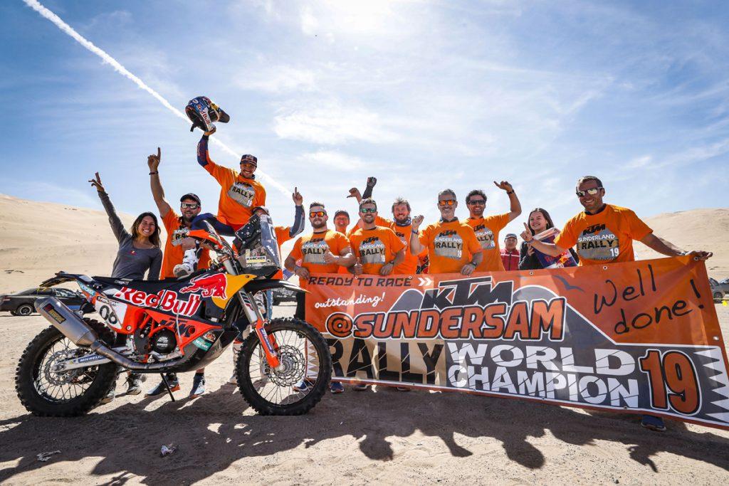 Das KTM Factory Racing Team feiert mit Sam Sunderland den WM Sieg in Chile.