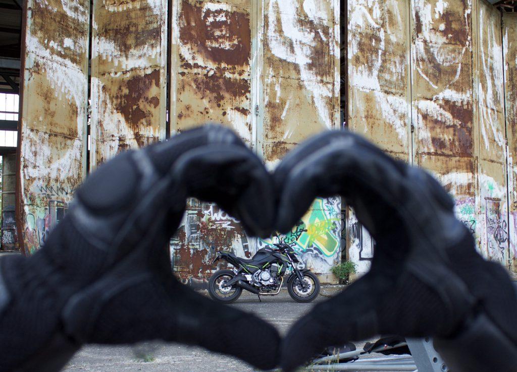 Hier schlägt Mellis Herz. Die Kawasaki Z650. Ein Motorradtraum in schwarz-grün.