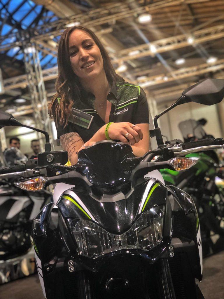 Melli at Work. Auf der Messe gilt es alle Fragen zu Kawasaki und den Bikes zu beantworten. Melli kennt sich aus!