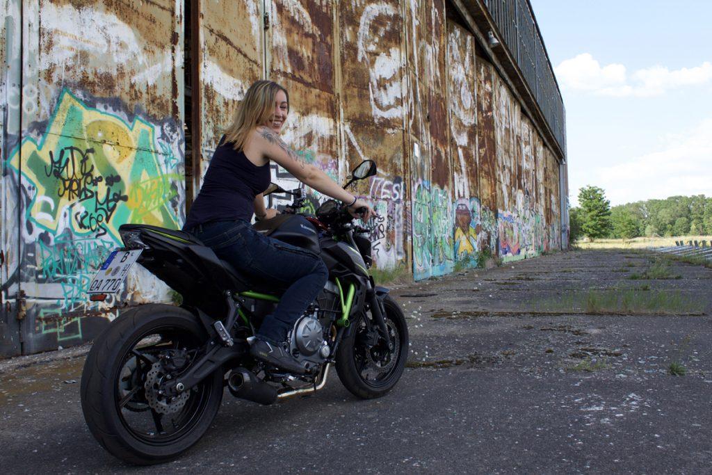 Melli und die Kawasaki Z650 an cooler Location.