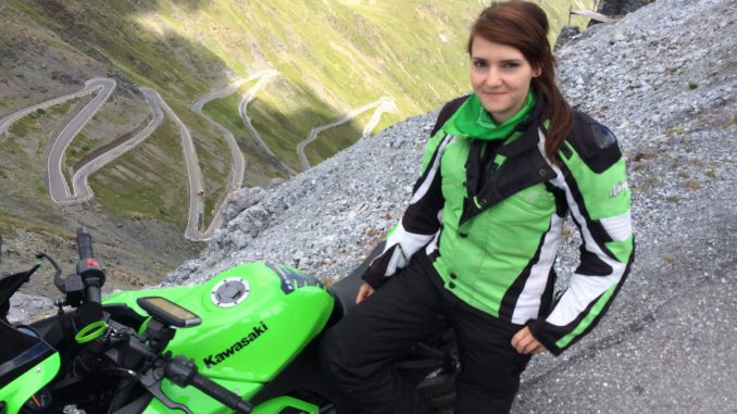 Nicole oben am Pass mit Ihrer Kawasaki Ninja