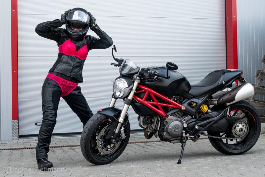 Frauen und Motorraeder auf einem Bild bitte nur in Schutzausrüstung.