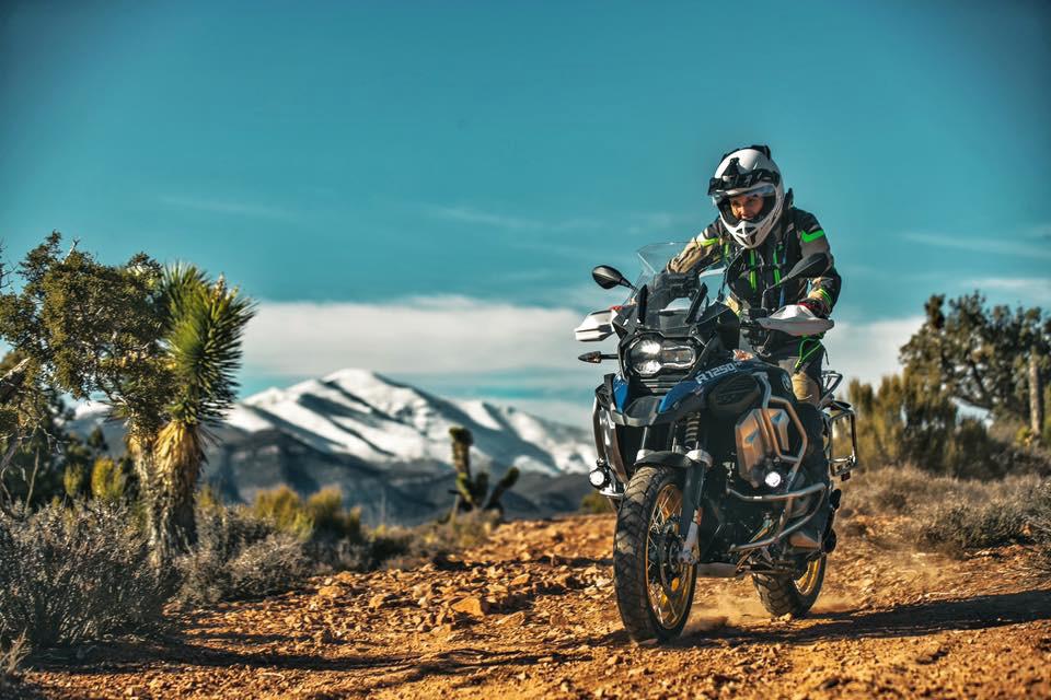 Jocelin Snow mit der BMW 1250 GS Adventure im Gelände