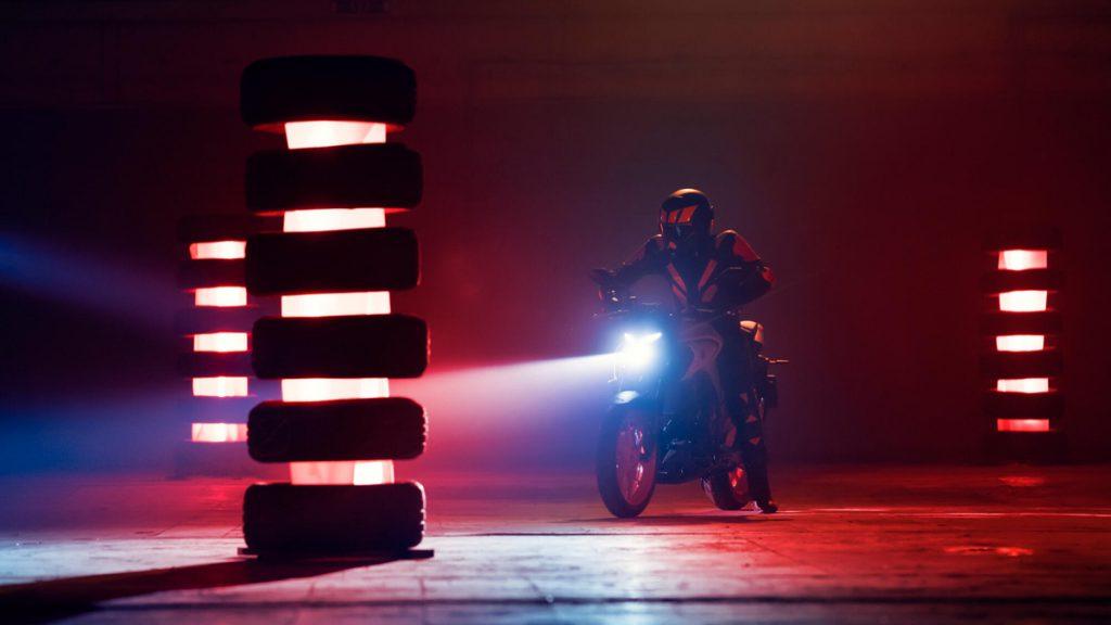 Mit der Yamaha MT-03 geht die Sonne auf. Eine LED-Beleuchtung sorgt für Sicht und Sichtbarkeit.