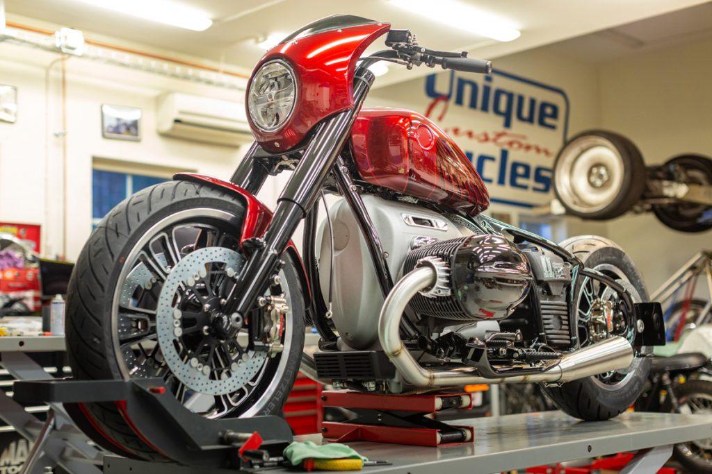 BMW Motorrad Koncept R18-2 aufgebockt in der Custom Werkstatt.