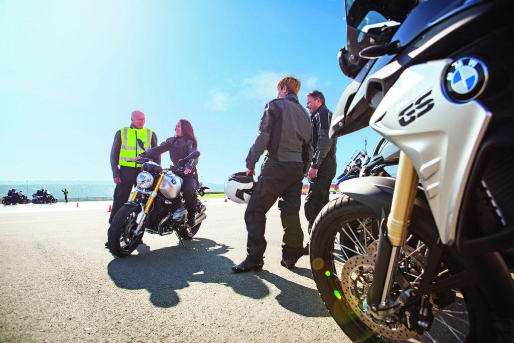 BMW Motorräder beim ADAC Training.