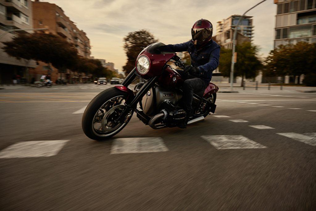Das BMW Motorrad Konzept R18 /2 in der Kurve.