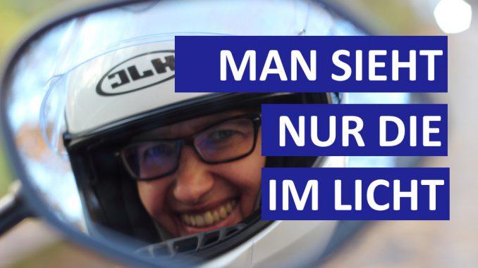 Motorradkolumne Man sieht nur die im Licht