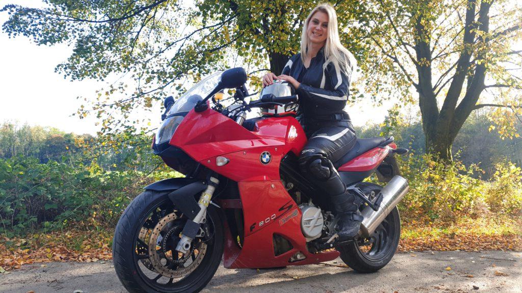 Rowi's rote BMW F 800 S. Das Bike von Ihrem Vater fährt sie bis zum Schluss.