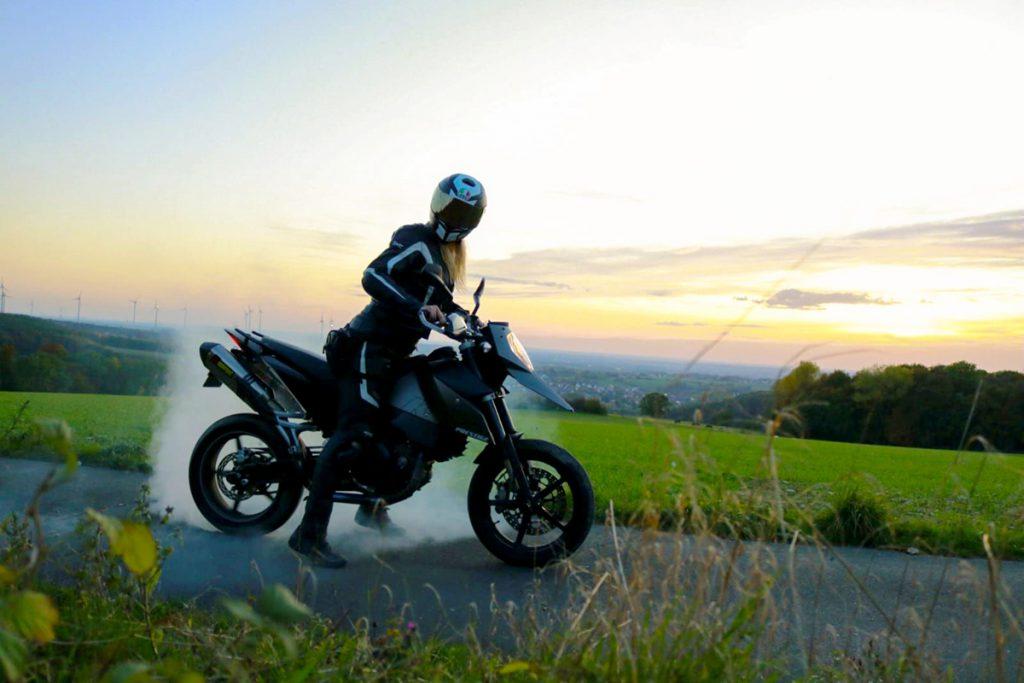 Motorradfahren Burn-Out mit der KTM im Sonnenuntergang.