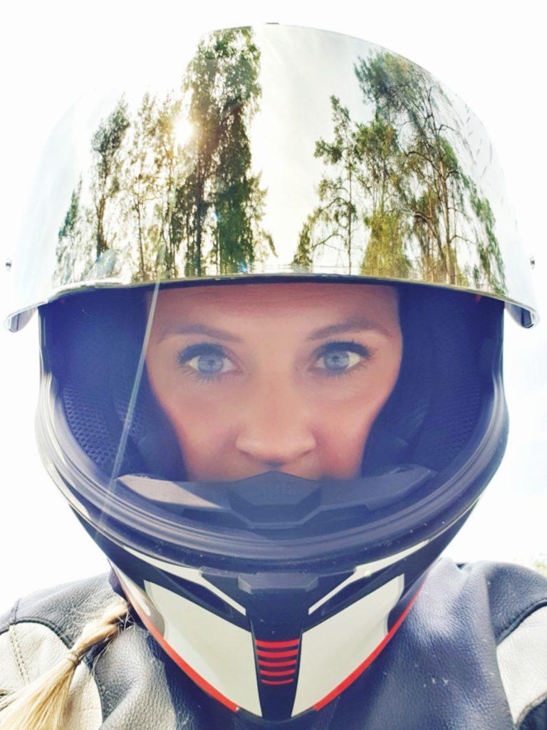 Motorradfahren in style. Motorradhelm auf dem Kopf und Visier oben.