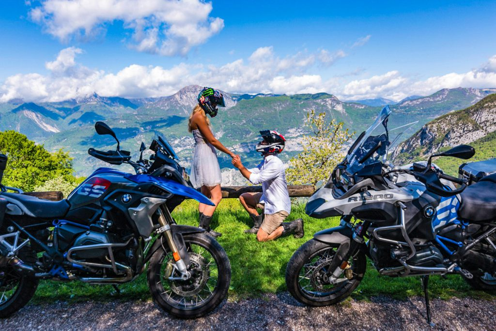 Antrag wie ein Motorradfahrer. Auf Knien mit BMW GS.